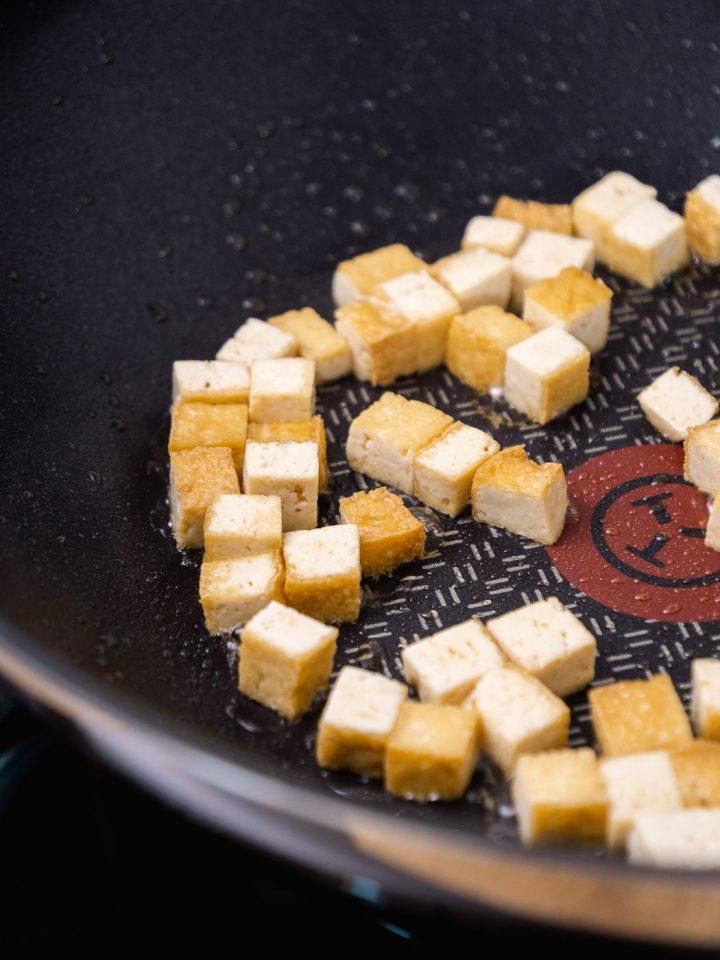 Fleisch, Fisch oder Tofu in den Wok geben